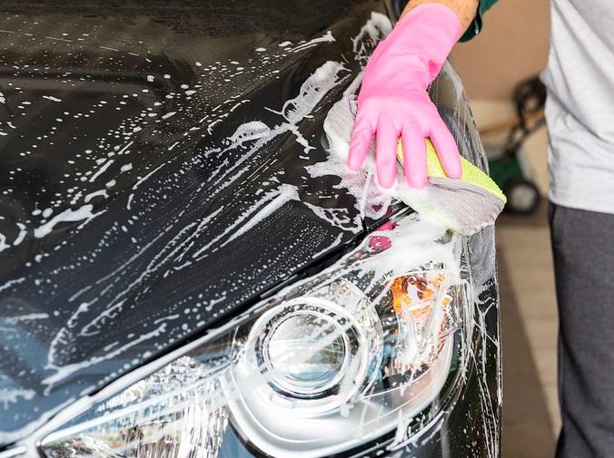 Lavar el coche para preservar la pintura